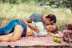 Jong paar op picknick. het liggen omhelst. Royalty-vrije Stock Fotografie