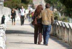 Jong paar op promenade Stock Foto's