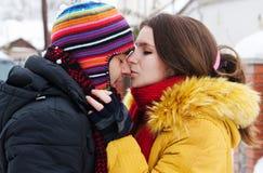 Jong paar op sneeuw royalty-vrije stock fotografie