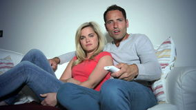 Jong Paar op Sofa Watching-TV samen stock video