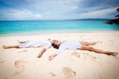 Jong paar op strand Royalty-vrije Stock Afbeeldingen