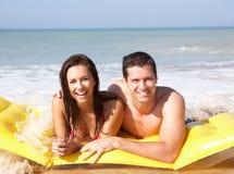 Jong paar op strandvakantie stock foto