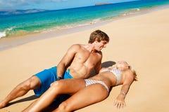 Jong Paar op Tropisch Strand stock foto