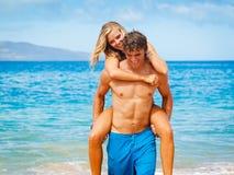 Jong Paar op Tropisch Strand Royalty-vrije Stock Fotografie