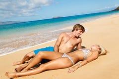 Jong Paar op Tropisch Strand Royalty-vrije Stock Afbeeldingen
