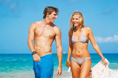 Jong Paar op Tropisch Strand Royalty-vrije Stock Foto