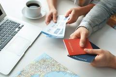 Jong paar in paspoorten en de kaartjes van een de reizende het conceptenholding van het reisagentschap stock fotografie