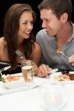 Jong paar in restaurant Royalty-vrije Stock Afbeeldingen