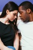 Jong paar samen, internationale verhouding stock fotografie