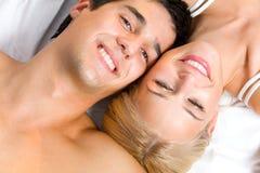 Jong paar in slaapkamer Stock Afbeelding
