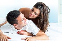 Jong paar in slaapkamer Royalty-vrije Stock Fotografie