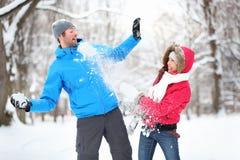 Jong paar in sneeuwbalstrijd Royalty-vrije Stock Foto's