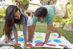 Jong Paar Speel In evenwicht brengend Spel in Tuin royalty-vrije stock afbeelding