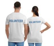 Jong paar in t-shirts op witte achtergrond stock afbeelding