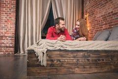Jong Paar thuis royalty-vrije stock afbeeldingen
