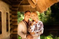 Jong paar in traditionele Oekraïense kleren op de achtergrond van oude Oekraïense architectuur royalty-vrije stock foto's