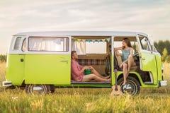 Jong paar uit op een wegreis stock afbeeldingen
