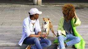 Jong paar van donkere gevilde beste vriendenrecreatie in de stad in openlucht stock videobeelden