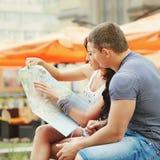 Jong paar van reizigers in Europa Stock Foto's