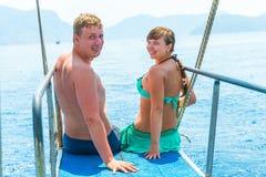 Jong paar in zwempakken op een jacht Royalty-vrije Stock Afbeeldingen