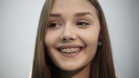 Jong paarjongen en meisje die samen tanden met steunen glimlachen Sluit omhoog stock videobeelden