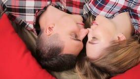 Jong paarjongen en meisje in geruite overhemden stock footage