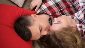 Jong paarjongen en meisje in geruite overhemden stock videobeelden