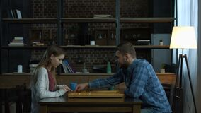 Jong positief paar het spelen backgammon thuis stock footage