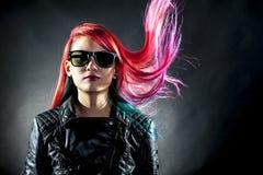 Jong prachtig de kleurenhaar van de meisjesbeweging Stock Foto