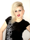 Jong punkmeisje met houding Royalty-vrije Stock Foto's