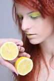 Jong redhaired meisje met citroen. sluit omhoog Royalty-vrije Stock Fotografie