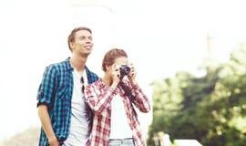 Jong reizend paar: het nemen van beelden van oude stad Vakantie, s Royalty-vrije Stock Fotografie