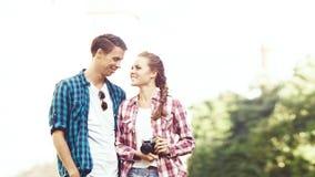 Jong reizend paar: het nemen van beelden van oude stad Vakantie, s Stock Fotografie