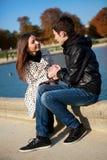 Jong romantisch paar bij warme zonnige de herfstdag royalty-vrije stock afbeelding