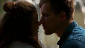 Jong romantisch paar die dicht omhoog kussen stock video