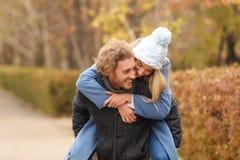 Jong romantisch paar die pret in park hebben stock foto