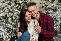Jong romantisch paar het vieren Nieuwjaar dichtbij Kerstboom stock foto's