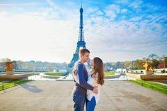 Jong romantisch paar in Parijs Royalty-vrije Stock Afbeeldingen