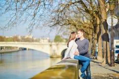 Jong romantisch paar in Parijs Stock Foto's