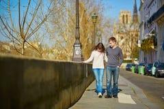 Jong romantisch paar in Parijs Stock Fotografie