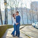 Jong romantisch paar in Parijs Royalty-vrije Stock Afbeelding