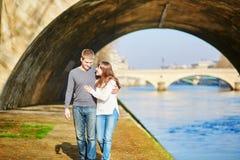 Jong romantisch paar in Parijs Stock Foto