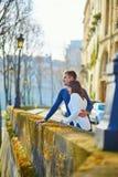 Jong romantisch paar in Parijs royalty-vrije stock fotografie