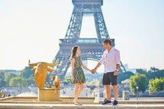 Jong romantisch paar in Parijs dichtbij de toren van Eiffel Stock Afbeeldingen