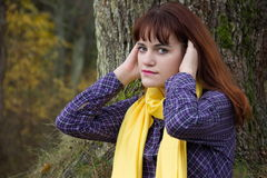 Jong roodharig meisje in de herfst Stock Foto