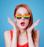 Jong roodharigemeisje in regenboogglazen Stock Afbeelding