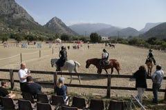 Jong ruiters en publiek op de lokale paardconcurrentie in Mallorca Stock Foto's