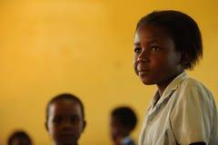 jong schoolmeisje in klaslokaal Stock Fotografie