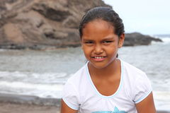 Jong schoolmeisje op het strand met leuke glimlach Royalty-vrije Stock Foto's