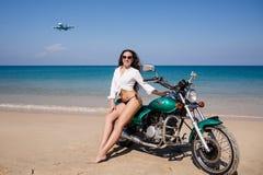 Jong, seksueel, het meisje op de motorfiets, het vliegende vliegtuig,  Royalty-vrije Stock Foto